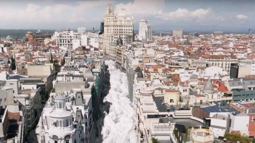 Llaollao la lía con un impactante río de yogur en Madrid que deja a la gente